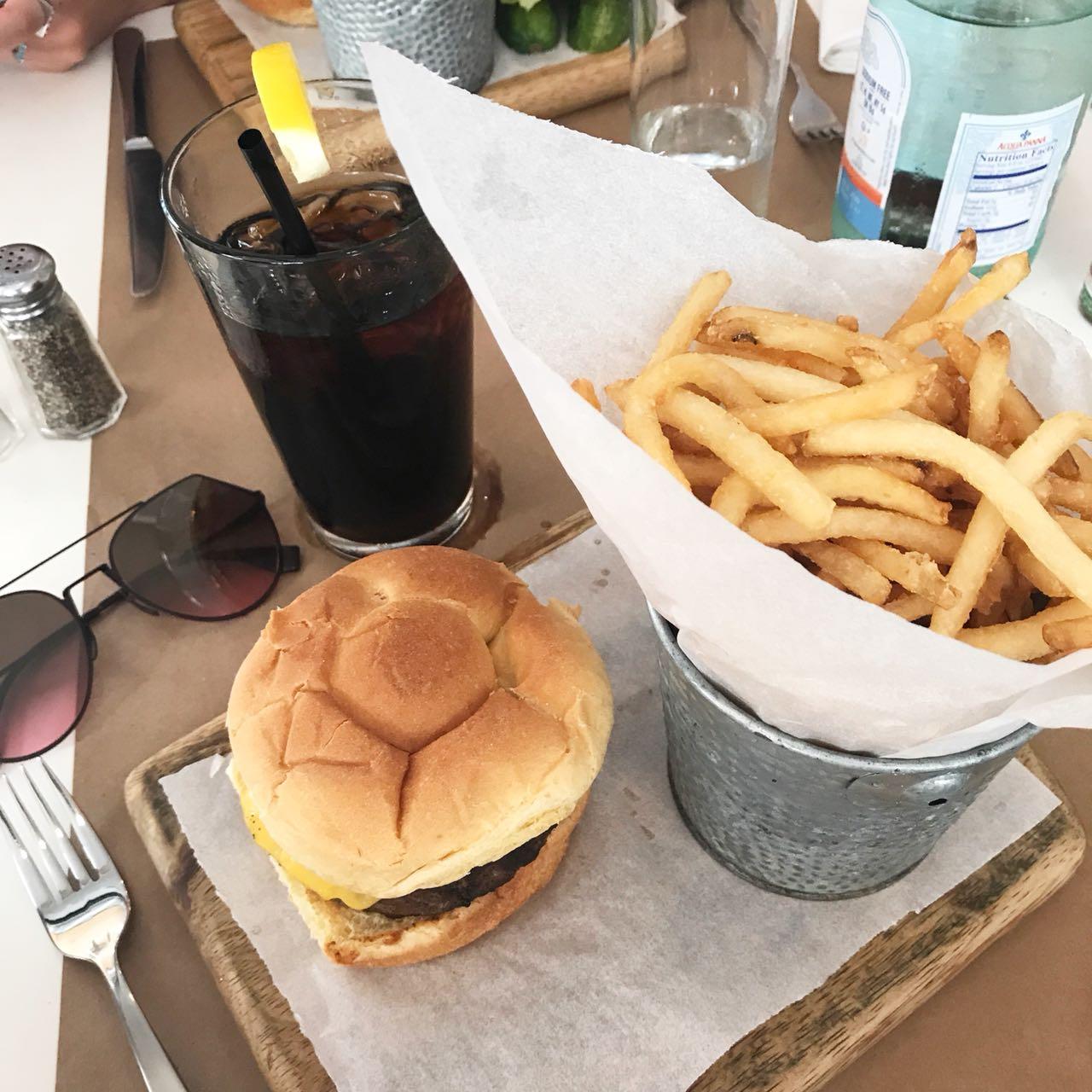 Cheeseburger clássico da Delicatessen em NYC - Giuli Castro