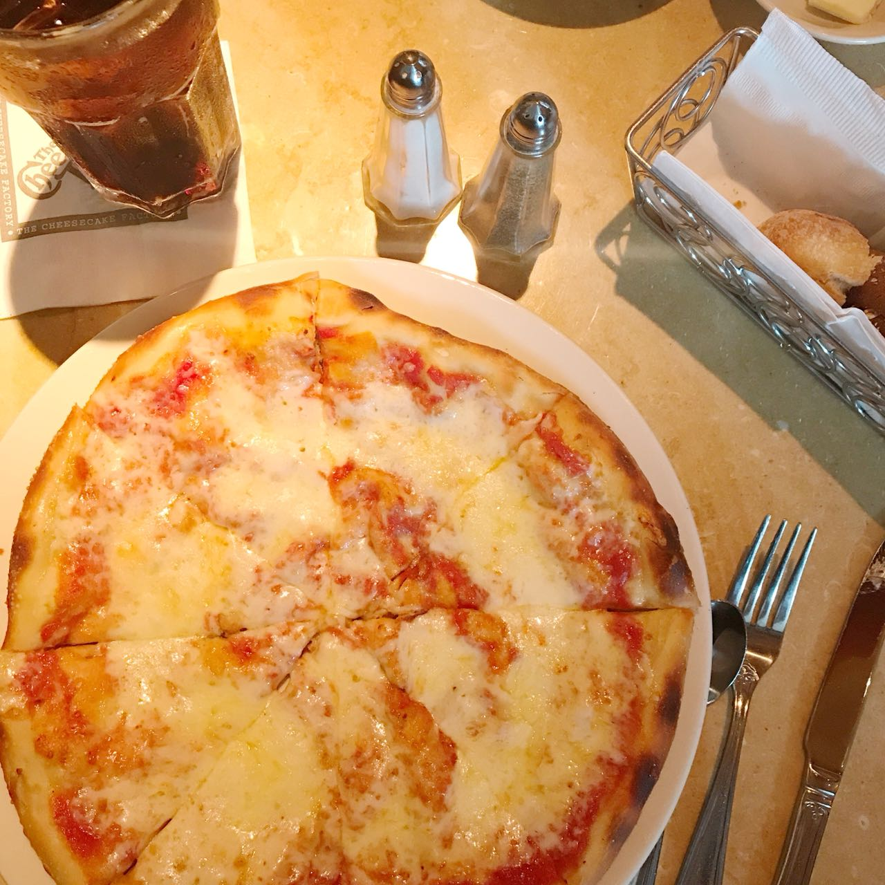 Pizza da Cheesecake Factory no Queens em NYC - Giuli Castro