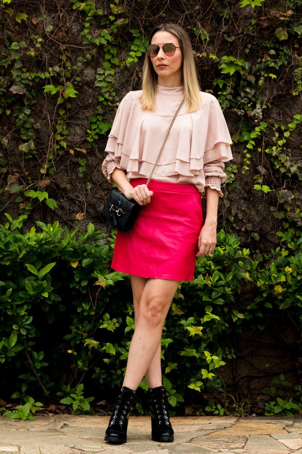 Look de outono da Giuli Castro: saia de couro rosa pink, blusa de babados rosa millennial e coturno.
