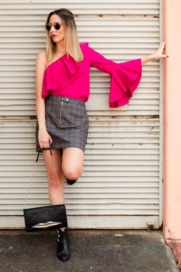 Look da Giuli Castro com xadrez pincipe de gales da Amaro e blusa de um ombro só e babados, pink da zara. Botinha com tachas e fivelas da arezzo e bolsa DVF