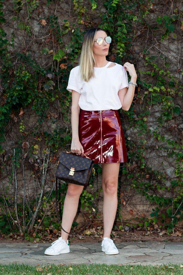 Look da Giuli Castro com saia de vinil vinho com ziper e camiseta pink millenial da Amaro, bolsa Pochete Mettis da Louis Vuitton e tenis adidas