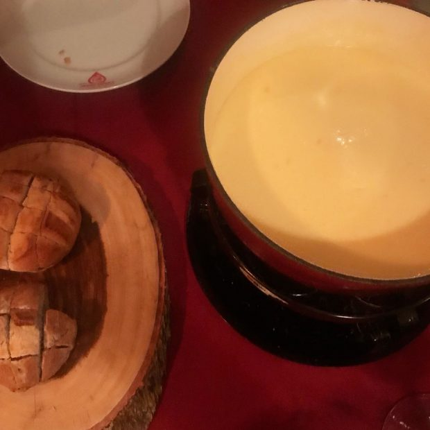 Fondue de queijo original no Chalezinho no Itaim em SP - Giuli Castro